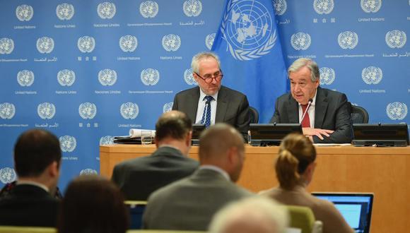 El Secretario General de las Naciones Unidas, Antonio Guterres, con Stephane Dujarric, portavoz del Secretario General, habla durante una rueda de prensa en la Sede de las Naciones Unidas en la ciudad de Nueva York. (Foto: Archivo / Angela Weiss / AFP)