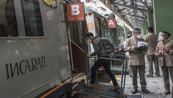TREN DE VIDA. Antes de abordar el tren hay que firmar una declaración jurada sobre nuestro estado de salud, donde se completa una ficha sintomatológica. (Foto: Omar Lucas)