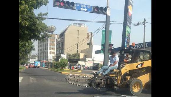 """Imprudente operario va por la pista con """"pasajeros"""""""