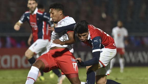 Colombia's America de Cali Cristian Arrieta (L) and Paraguay's Cerro Porteno Alan Rodriguez vie for the ball during their Copa Libertadores football tournament group stage match at the General Pablo Rojas Stadium in Asuncion on May 25, 2021. (Photo by NORBERTO DUARTE / AFP)