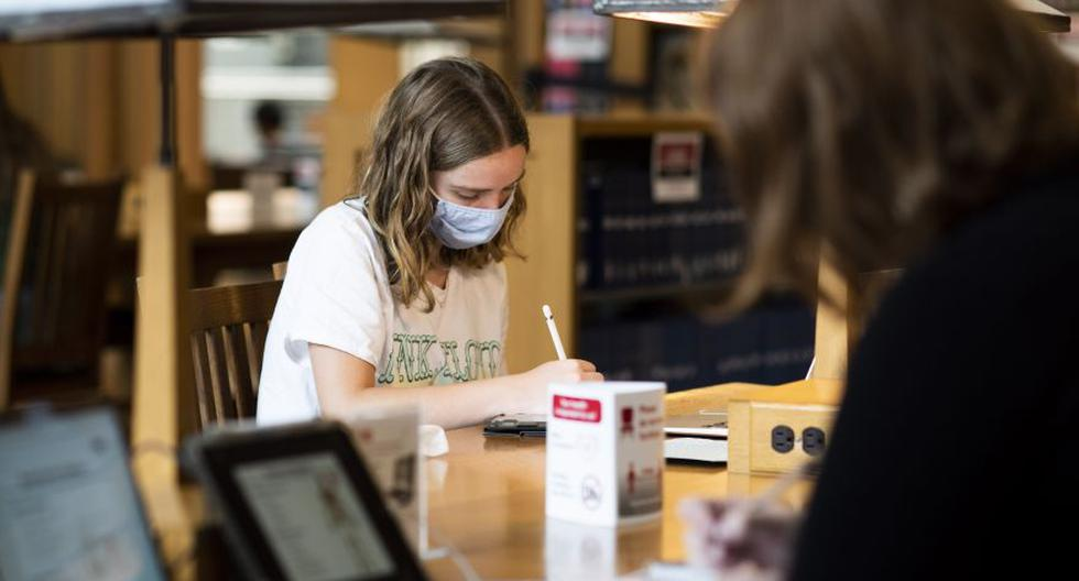 Esta foto del último martes muestra a dos estudiantes dentro de la biblioteca en la Universidad Estatal de Ohio en Columbus, Ohio. Algunos de los colegios y universidades de ese estado de Estados Unidos han comenzado a recibir estudiantes, pero muchas de las clases son virtuales debido al coronavirus. (Foto: Ty Wright / Bloomberg)