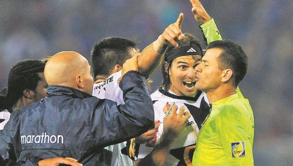 El reclamo airado de los jugadores de Alianza al árbitro Vera. (Foto: AFP)