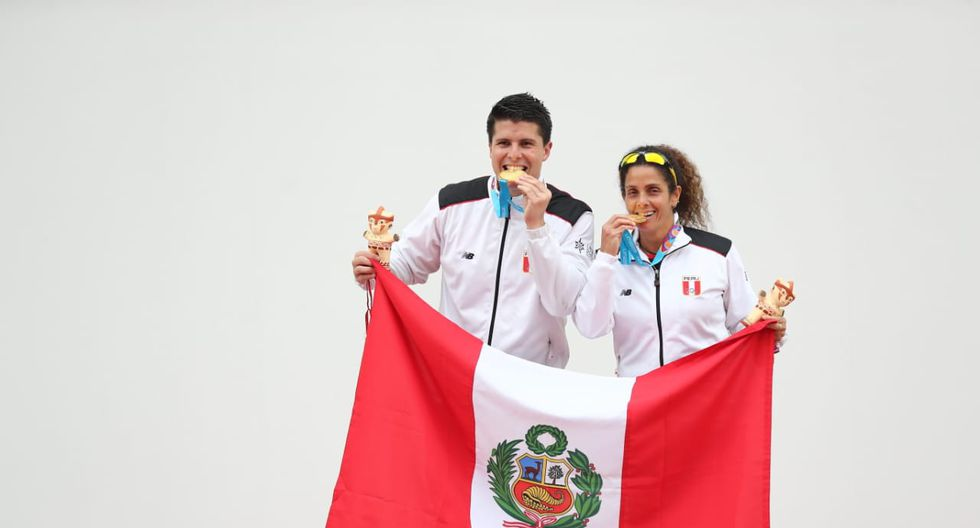 Juegos Panamericanos Lima 2019: Claudia Suárez y Kevin Martínez posando con la presea dorada y la bandera del Perú. (Foto: Giancarlo Avila)