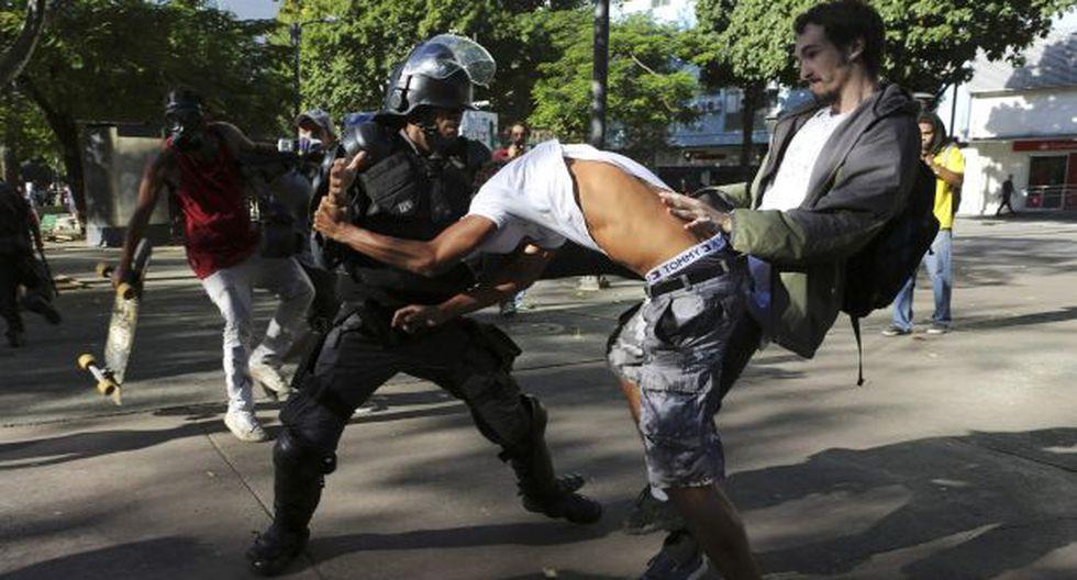 Policía de Brasil patea en la cara a periodista [VIDEO]