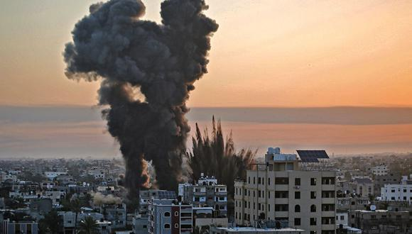 El humo negro se eleva después de una serie de ataques aéreos israelíes contra Khan Yunis, en el sur de la Franja de Gaza. (Foto de YOUSSEF MASSOUD / AFP).