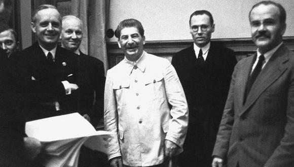 Joachim von Ribbentrop (izq.), Stalin y Viacheslav Mólotov (primero a la der.) durante la firma del acuerdo el 23 de agosto de 1939. (Getty Images).