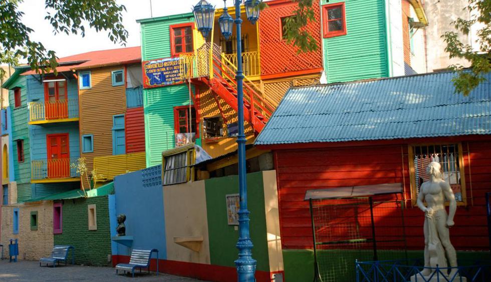 Tu travesía se llena de color y música en el barrio de La Boca. Aquí podrás apreciar Caminito, uno de los callejones más famosos de Buenos Aires. Este lugar no tiene pierde. Desde las coloridas casas, pasando por museos y  shows de tango, la diversió
