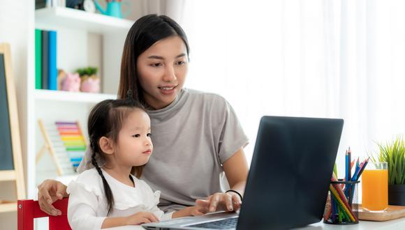 Los niños aprenden mejor cuando sus padres están involucrados en su educación, lo más importante es garantizar su bienestar social y emocional, logrando que se sientan tranquilos y seguros durante el proceso de enseñanza-aprendizaje. (Foto: Shutterstock)