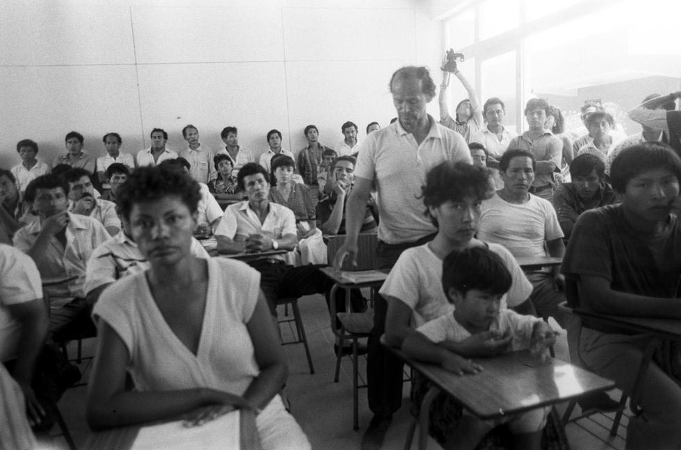 María Elena Moyano fue asesinada un sábado 15 de febrero de 1992, cuando solo tenía 33 años. Más de 10 mil personas asistieron a su sepelio. En esta foto aparece reunida en la 'Mesa por la paz', en Villa el Salvador, poco antes del atentado.