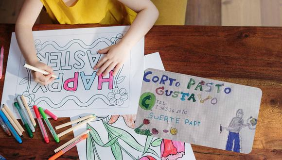 Un dibujo hecho por una niña para ayudar a su padre a conseguirle empleo conmovió a más de uno en las redes sociales. | Crédito: Pexels / Referencial / @Wallychoo / Twitter.