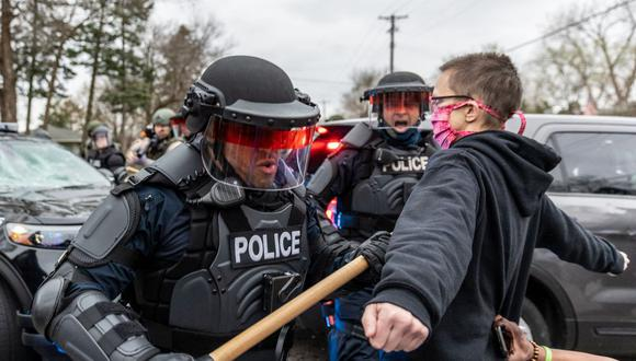 Los manifestantes se enfrentan a agentes de policía después de que un oficial disparó y mató a un hombre negro en Brooklyn Center, Minneapolis, Minnesota, el 11 de abril de 2121. (Foto de Kerem Yucel / AFP).