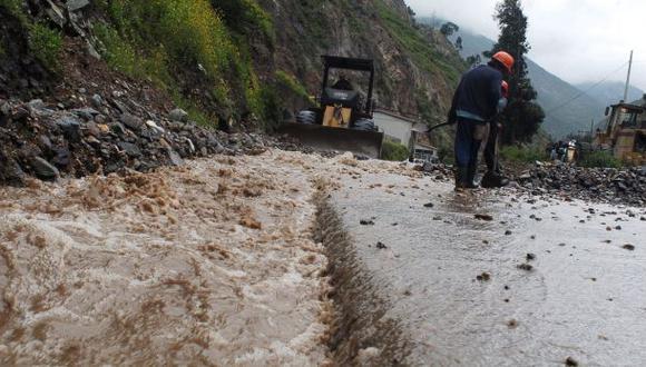 Deslizamiento arrastra bus y deja tres muertos en Chanchamayo