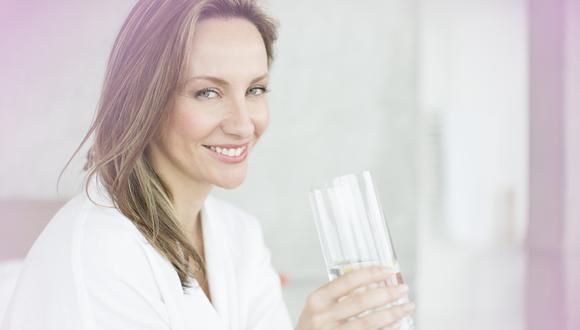 Es importante tener hábitos saludables, consumir agua y una buena alimentación para prevenir daño renal.