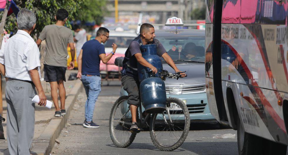 Transporte de balones de gas en vehículos menores (Foto: Alonso Chero/El Comercio).
