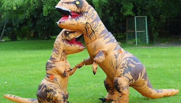 Los menores recibieron a su abuelita vestidos de dinosaurios porque ella, años atrás, también lo hizo (Foto: qoo10.sg)