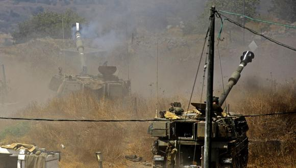 Obuses autopropulsados de Israel son disparados hacia el Líbano desde la ciudad de Kiryat Shmona. (Foto de Jalaa MAREY / AFP).