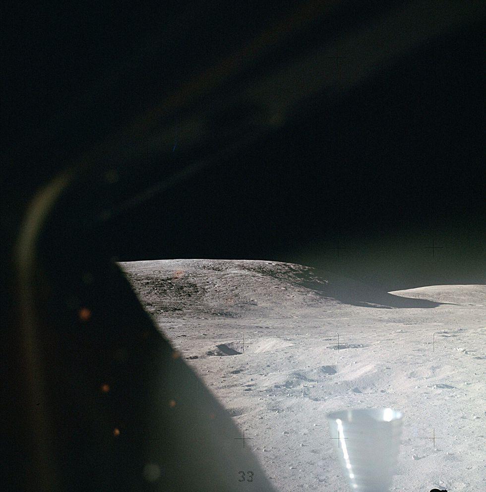 La superficie lunar desde una ventana del Módulo Lunar del Apolo 16 poco después de alunizar. (NASA)