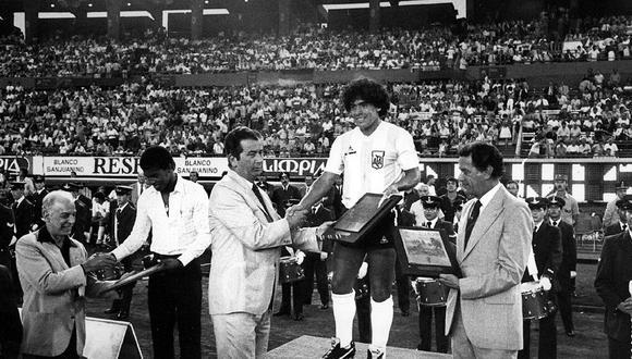 Julio César Uribe, Diego Armando Maradona y un copado Monumental de River Plate. Fue el 24 de marzo de 1982. FOTO: Revista Ovación.