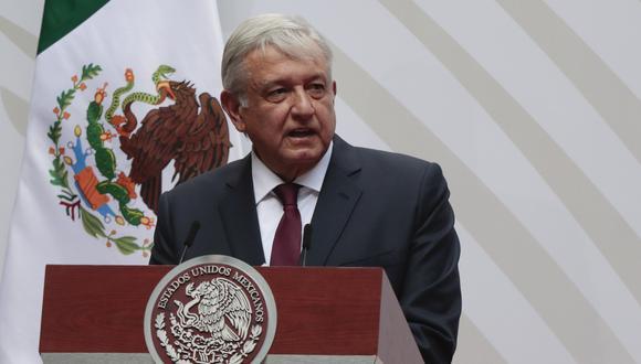 López Obrador solo lleva mascarilla en los viajes en avión, donde su uso es obligatorio, pero nunca lleva cubrebocas en eventos públicos o en reuniones en Palacio Nacional a pesar de que muchos de los integrantes de su gabinete lo lleven. (Foto: AP)