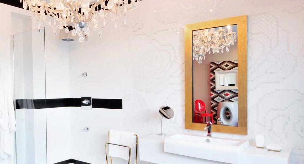 Los marcos dorados caen bien en los espacios elegantes. (Diseño de Arq Studio)