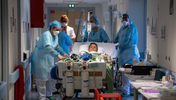 Imagen referencial. Un paciente con COVID-19 es transferido a cuidados intensivos en el hospital Emile Muller en Mulhouse, este de Francia. (PATRICK HERTZOG / AFP).