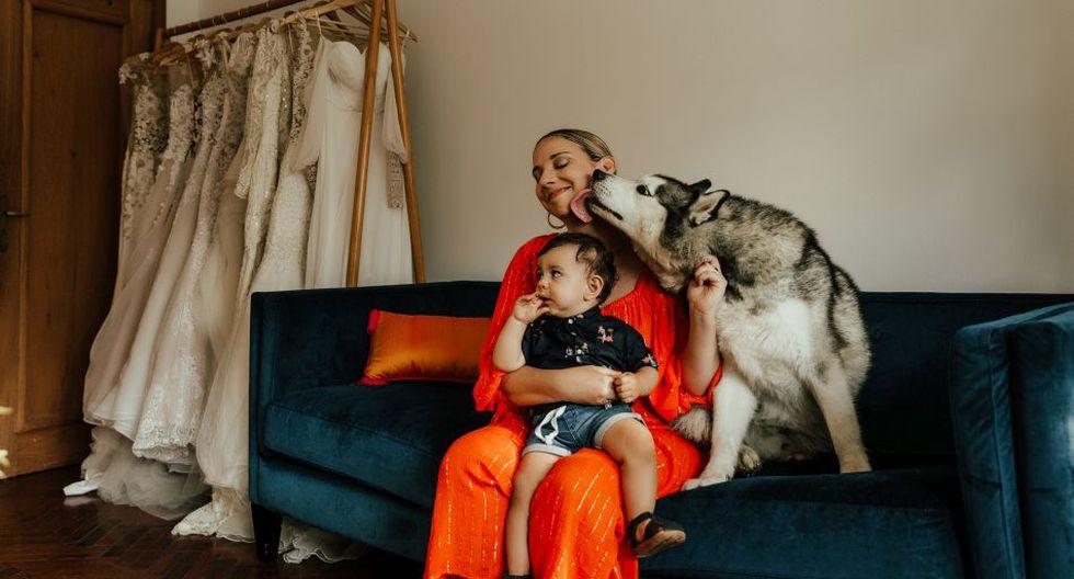 La diseñadora argentina afincada en el Perú desde hace una década, Angie Schlegel, recibe el afecto de Vicente, su hijo de un año, y de Platón, su perro héroe, responsable de frustrar el asalto a un turista en un conocido hotel de Miraflores, en noviembre pasado. (Foto: Daniella Profeta)