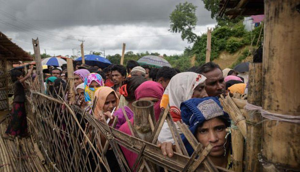Refugiados rohinyá hacen cola en un centro de distribución de ayuda en el campo de refugiados de Balukhali, cerca de Cox's Bazar. (Foto: AFP)