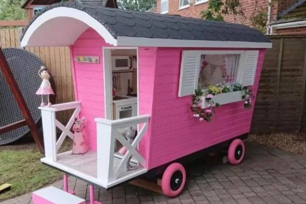 Un abuelo del Reino Unido construyó desde cero una minicaravana de color rosa amoblada para que su nieta juegue en casa. | Crédito: ChantelleandSteve Warrick / Facebook.