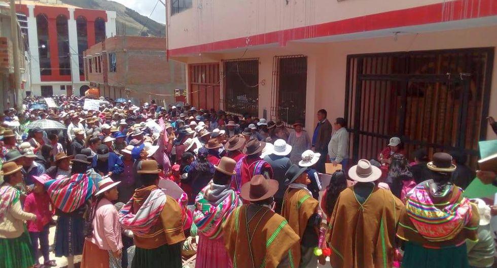 Durante la movilización, la población demandó justicia para la víctima, que actualmente recibe tratamiento físico y psicológico en el Hospital Lucio Aldazabal Pauca de Puno (Foto: cortesía)