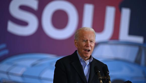 El candidato presidencial demócrata Joe Biden habla en el aeropuerto Burke Lakefront en Cleveland, Ohio. (Foto de JIM WATSON / AFP).