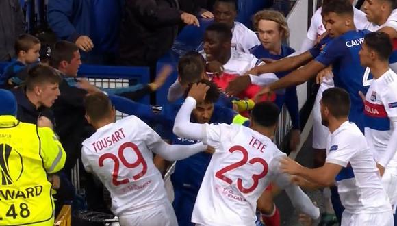 Europa League: fanático del Everton intentó golpear a jugadores del Olympique Lyon. (Foto: AFP)