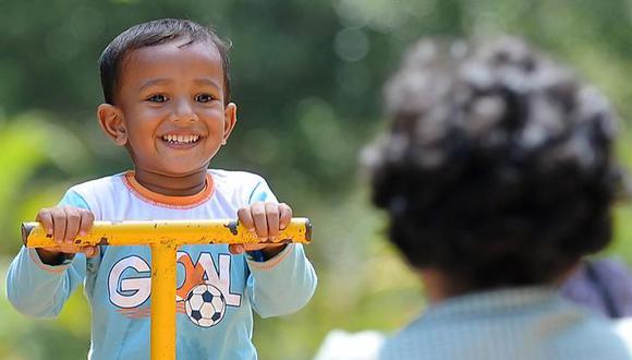 Un niño juega durante un día caluroso en Sri Lanka. (Foto referencial: AFP)