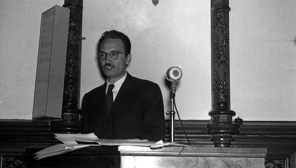 El escritor peruano en la Asociación Nacional de Escritores y Artistas (ANEA), el 07 de setiembre de 1955. (Foto: Archivo Histórico El Comercio)