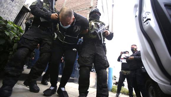 Eduardo Moreno Penagos 'cara cortada' fue detenido la madrugada del jueves cuando la policía irrumpió en su vivienda con una orden judicial de detención y allanamiento del domicilio. Se le acusa ser el mandamás de una banda de extorsión y sicariato (GEC/César Grados)