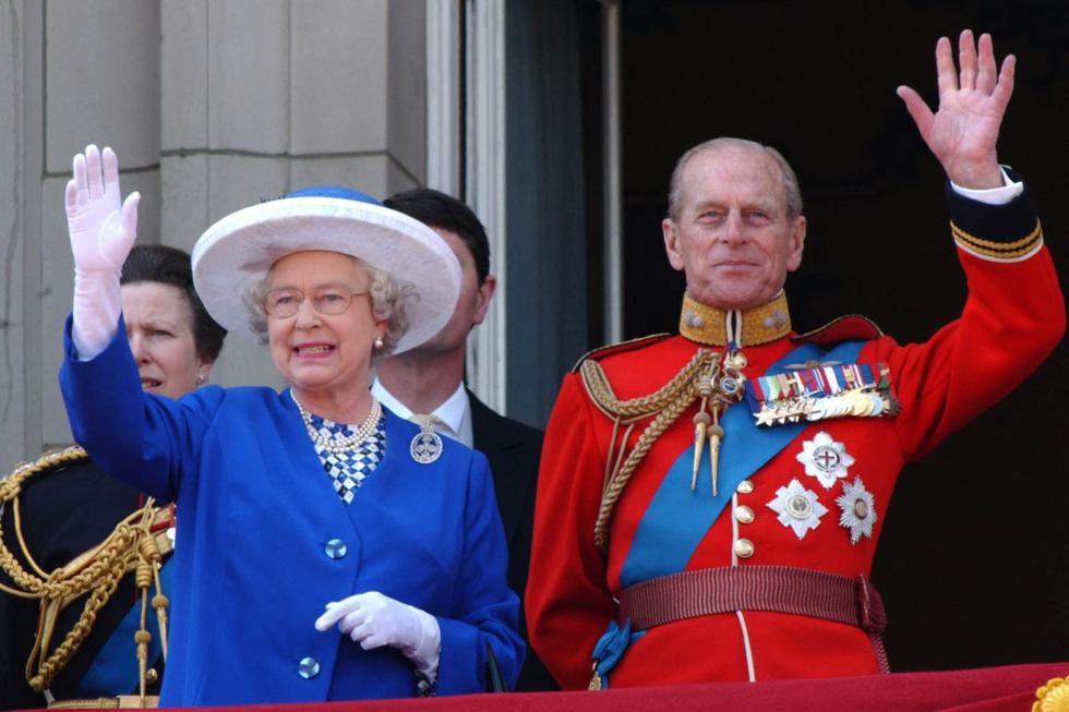 Tras una difícil infancia como príncipe griego en el exilio, el duque Felipe de Edimburgo, fallecido hoy a los 99 años, consagró su vida al servicio de la Corona británica de la mano -y a la sombra- de su esposa, la reina Isabel II. (Texto: EFE / Foto: AFP).