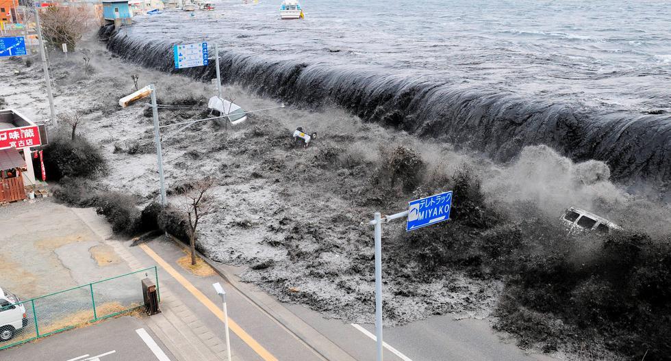 Imagen aérea de las olas chocando contra la costa japonesa el 11 de marzo del 2011. REUTERS