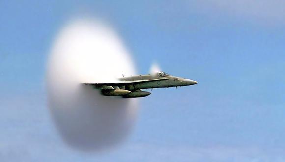 F18 A rompiendo la velocidad del sonido. (Foto: US NAVY)