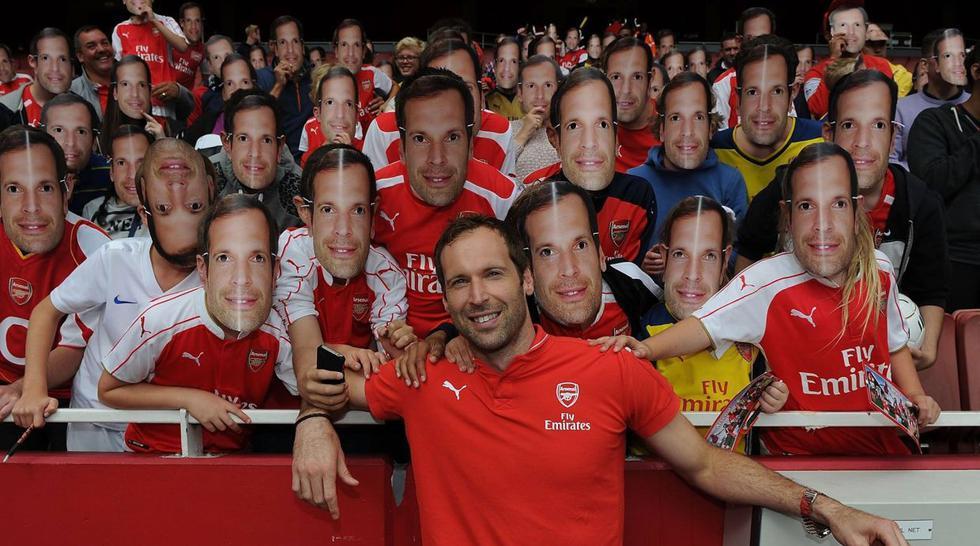 Enmascarados de Petr Cech alegran el estadio de Arsenal - 1