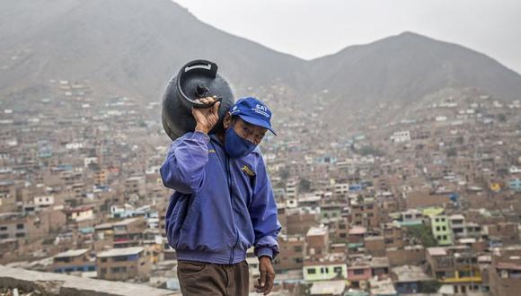 El repartidor de gas Hipólito Rosales trabaja en las alturas del barrio Vista Alegre, en el distrito de Comas, en las afueras de Lima. (Foto: Geraldo Caso BIZAMA / AFP).