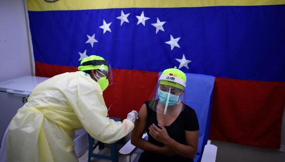 Personal sanitario administra una dosis de la vacuna Sputnik V contra el coronavirus COVID-19 en Caracas, Venezuela. (Foto: Federico PARRA / AFP).