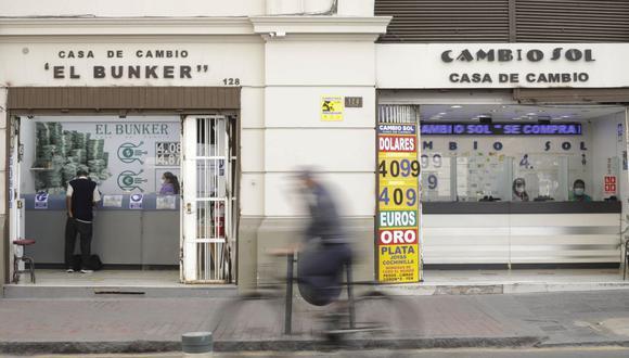 En el mercado paralelo o casas de cambio de Lima, el tipo de cambio se cotiza a S/4,090 la compra y S/4,115 la venta de cada dólar. (Foto: Britanie Arroyo / GEC)