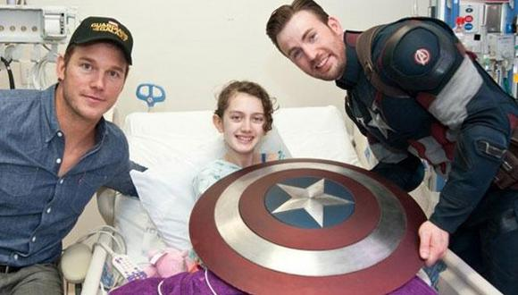 Chris Evans visitó hospital vestido como el Capitán América