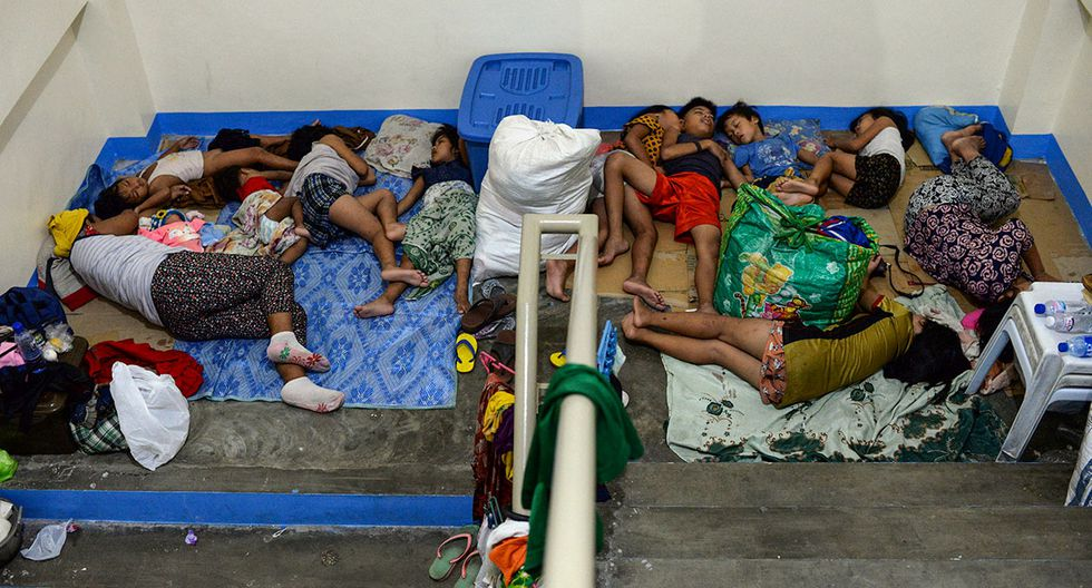 Residents, displaced by flash floods caused by monsoon rains, sleep on the staircase of a makeshift evacuation center in Marikina, Metro Manila, in Philippines, August 13, 2018. REUTERS/Eloisa Lopez