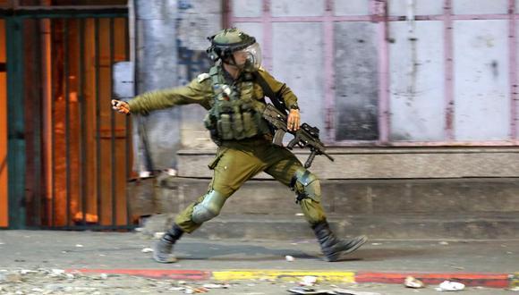 Tropas israelíes durante enfrentamientos con manifestantes palestinos en el centro de la ciudad cisjordana de Hebrón, 12 de mayo de 2021. (EFE / EPA / ABED AL HASHLAMOUN).