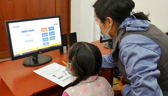 En caso de que las familias no dispongan de canales digitales o tengan problemas de conectividad, los colegios deben habilitar espacios físicos ventilados en los que se pueda atender en horarios diferenciados. Foto: ANDINA