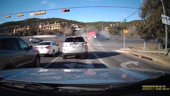Camión se lleva por delante a pequeño auto [VIDEO]