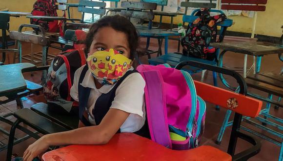 Un estudiante con mascarilla se sienta en un escritorio de la Escuela Pública Douglas Sequeira en Managua. (Foto: AFP / INTI OCON).