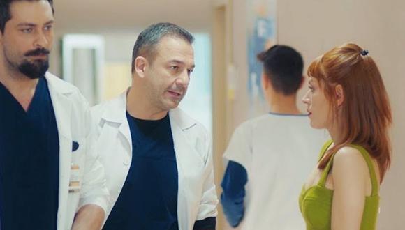 """Ferman nunca pensó que Tanju y Beliz podían terminar juntos. """"Eres jefe del departamento y estas muy ocupado. Tanju está libre"""", le dijo Beliz a su expareja (Foto: Doctor milagro / Medyapım)"""