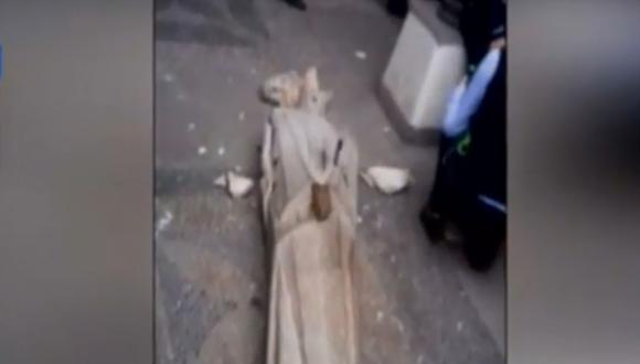 La estatua cayó al suelo luego de que, al parecer, unos escolares la toparon en su intento de tomarse una foto. (Imagen: Canal N)