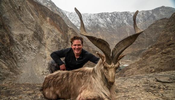 Turista Bryan Kinsel Harlan, de Texas (Estados Unidos), pagó 110 mil dólares en Pakistán para matar a una cabra Astor Markhor en peligro de extinción. Foto: @omar_quraichi